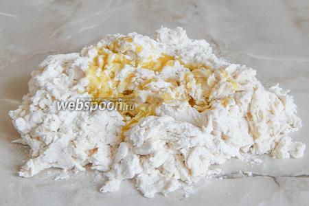 Затем перекладываем тесто на стол. Постепенно добавляем масло, вмешивая его в тесто.