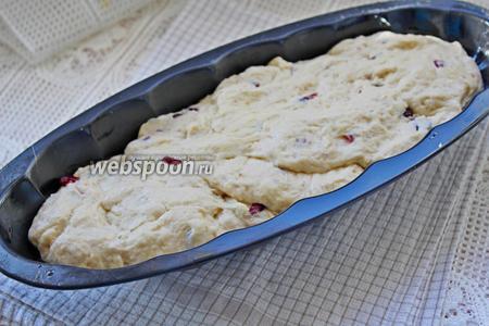 Выложить тесто в форму для кекса (смазав её растительным маслом), накрыть и оставить в тёплом месте минут на 20. Затем поставить выпекаться при 180°С минут 40.
