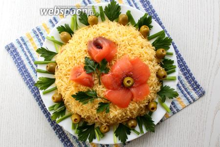 Маки оформить оливкой, семенами мака и петрушкой. Охлаждаем салат перед подачей на стол. Приятного аппетита!