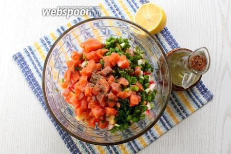Салат поперчить по вкусу, заправить маслом и лимонным соком. Перемешать.