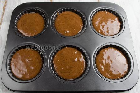 Подготовить форму. Смазать ячейки для пирожных сливочным маслом. По 1,5 столовых ложки теста влить в каждую ячейку формы. Поставить форму в горячую духовку. Выпекать при температуре 200°С в течение 10-12 минут до готовности бисквита.