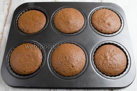Форму с заготовками пирожных вынуть из духовки.