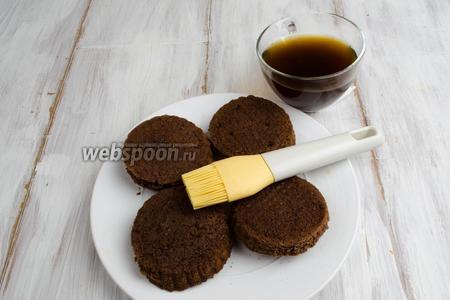 С помощью кисточки смазать заготовки пирожных пропиткой.