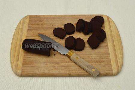 По истечении 0,5 часа вынуть тесто из холодильника, освободить от плёнки и нарезать острым ножом на шайбочки толщиной 0,5 см.
