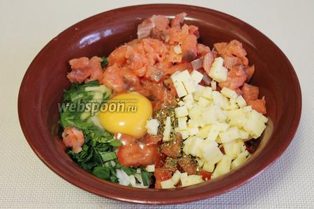 В смесь добавить яйцо, соль и пряности.
