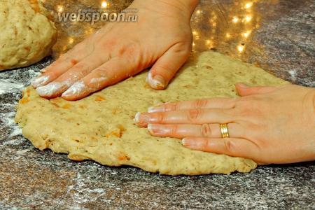 Разделим тесто на 2 половины. Расплющим тесто руками в овал, толщиной около 2-3 см.