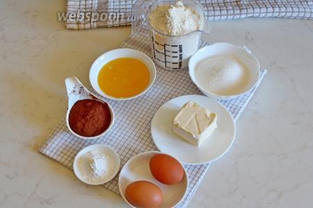 Для приготовления шоколадного медовика нам понадобится для коржей: мука 400 г в тесто и 50 г для раскатывания коржей, мёд натуральный, яйца куриные, сахар, сливочное масло, сода и рахрыхлитель, какао порошок. Для крема: 1 банка вареного сгущённого молоко и жирная сметана.