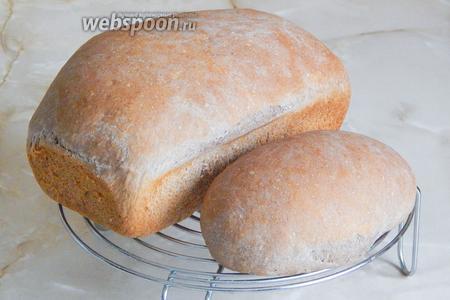 Готовый хлеб немного остужаем в форме, затем вынимаем формовую буханку и даём полностью остыть на решётке. Вот такая красота и вкуснота получилась: 700 граммов и 200 граммов. Маленькой булочкой я угостила родителей мужа — они так и не поняли, что за хлеб, но сказали, что очень вкусный, нежный и ароматный.