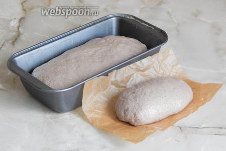 Теперь формуем хлеб. Я решила сделать 1 буханку формовую и 1 небольшую подовую булочку. Заготовки должны отдохнуть после мучений (мы ведь их мяли руками) в течение 40 минут. Уже можно включить духовку и прогреть её до 200°С (на дно ставим миску с водой).