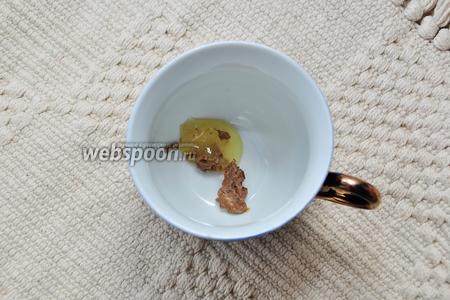 Выложите на дно чашки мёд и шоколадную пасту (я использовала расплавленный молочный шоколад).
