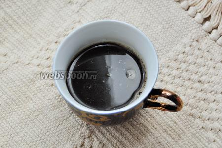 На этом этапе действуйте, исходя из имеющейся техники. Вы можете сварить кофе в турке, кофемашине, либо заварить растворимый кофе. А можете сделать проще — сразу в чашку сварить капучино. Я использовала растворимый кофе.