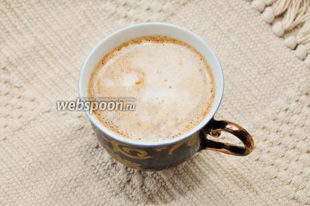 Налейте в кофе молоко, если пены у вас много, выложите её аккуратно ложкой сверху. Моя пена получилась скудная и быстро-осядающая, поэтому прошу много прощений и рассчитываю на вашу фантазию!:)
