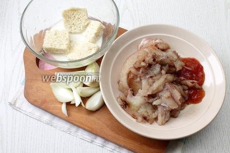 Снять с хребта и костей филе щуки. Пропустить через мясорубку филе, икру, лук и отжатый от молока хлеб.