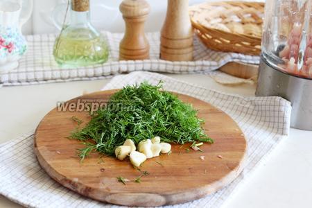 Укроп и чеснок тоже порезать и тоже выложить в чашу блендера.