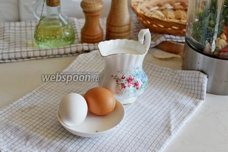Добавить туда же яйца и сливки.