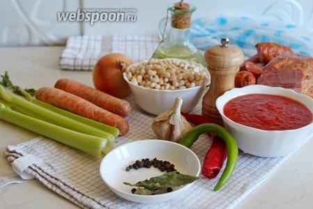 Для приготовления супа на понадобится фасоль белая сухая, колбаса сырокопчёная, бекон, лук, морковь, стебли сельдерея, томатное пюре, чмли свежий, пряности, чеснок и оливковое масло.