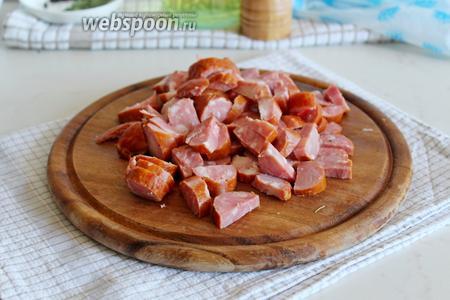 Колбаску тоже нарезать на кусочки небольшие.
