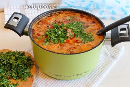 Снять суп с плиты, лавровый лист выбросить. Присыпать  рубленной петрушкой и подавать.
