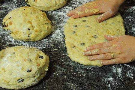 Разделим тесто на 4 части или более. Каждую часть растянем руками в овал.