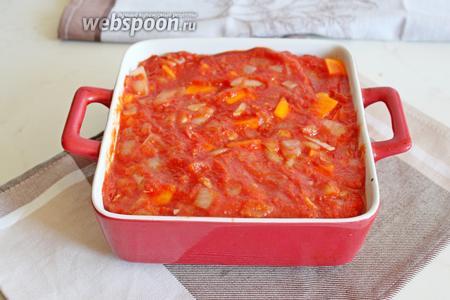 Сверху залить томатным соусом и поставить в заранее разогретую до 180°С духовку на 40 минут.