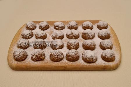 Хорошо «припудрить» сахарной пудрой каждый шарик.