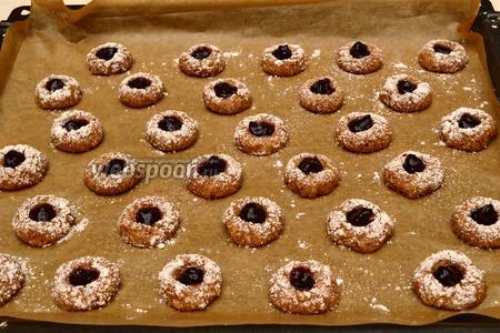 Выдавить джем из импровизированного одноразового кондитерского шприца в углубление на каждой будущей печеньке. Отправить в нагретую до 175°С духовку (режим «конвекция») и выпекать 12-15 минут до золотисто-коричневого цвета, в этом случае печенье получится сухим и хрустящим. Если вы хотите мягкие амареттини — сократите время выпечки.