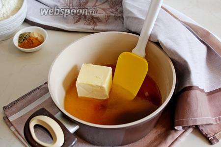 В кастрюльку выложить сливочное масло, мёд и коричневый сахар, 1/4 часть стакана воды и помешивая подогреть до 75 градусов, то есть до полного растворения.