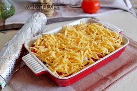 Поверх помидоров выложить слой сыра.
