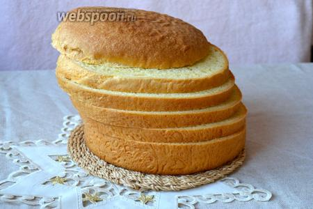 Хранить панеттоне завёрнутым несколько раз в пищевую плёнку. Фаршировать панеттоне по вашему вкусу. Как варианты начинок — смешать сыр Филадельфия, консервированного тунца, сметану и анчоусы. Или паштет из оливок и сыра. Можно растереть сыр Филадельфия со слабосолёной семгой. Смешать майонез с измельчённым консервированным тунцом, каперсами, вареной морковью и анчоусами. Можно использовать креветочный соус или просто разнообразные мясные нарезки!