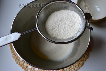 Просеять оба вида муки (за неимением муки манитоба просто замените её на свою любимую муку, которую вы используете для дрожжевой выпечки), добавить соль и начать вымешивать тесто... Вручную или с помощью тестомешалки (кухонного процессора).