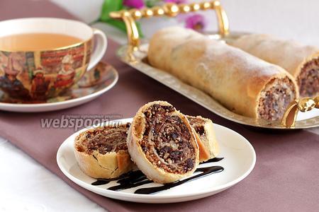 Ореховый штрудель с вяленой вишней, шоколадом и кунжутом