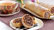 Фото рецепта Ореховый штрудель с вяленой вишней, шоколадом и кунжутом