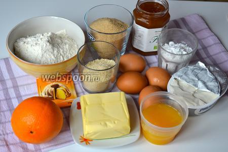 Ингредиенты для апельсинового пирога: сливочное масло, коричневый сахар, яйца, мука, измельчённый миндаль, разрыхлитель, апельсиновый джем, цедра и сок 1 апельсина, мягкий сливочный сыр и сахарная пудра.