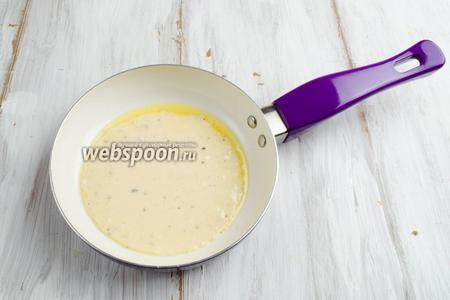 Налить тесто на сковороду 2-3 ст.л. Жарить блинчики на тихом огне в течение 2 минут до золотистого цвета.