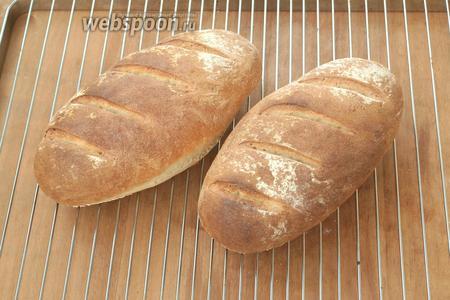 Разогреть духовку до 250°С и печь хлеб 25 минут. Хлеб начал быстро румяниться, поэтому я через 10 минут убавила температуру до 200°С и прикрыла хлеб фольгой. Готовый хлебушек  остудить под полотенцем. Приятного аппетита!
