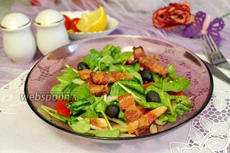 Салат со шпинатом и поджаренной грудинкой