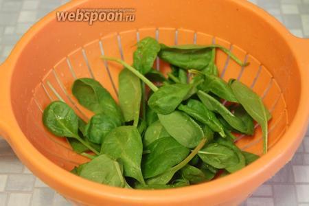 Промыть шпинат и дать стечь воде.