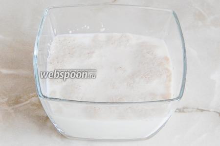 Вначале разбудим дрожжи. Для этого в тёплом (37-38 градусов) молоке растворим сахар и добавим дрожжи. Перемешиваем и оставим в тепле минут  на 15-20. Должна появиться пенная шапочка.