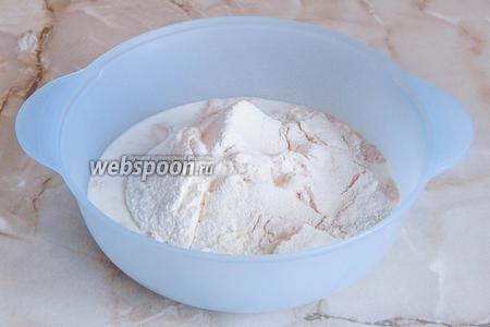 Переливаем дрожжевое молоко в миску и просеиваем туда муку (оба вида). Также добавим соль.