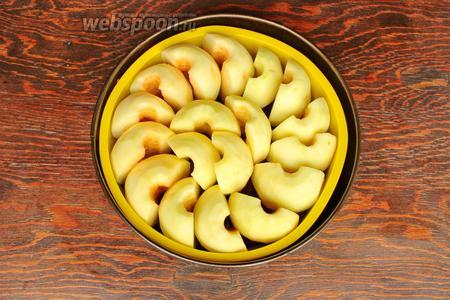 Очищенные яблоки, выложить «стоя» друг за другом, плотно прижимая (пусть лучше будет горка, так как после выпечки, яблоки уменьшаются, чтоб не образовалось пустот). Печь при 175°С 40-50 минут.