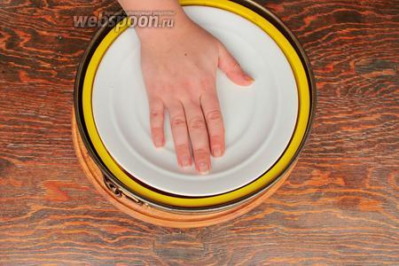 Вынуть и тщательно прижать крышкой (тарелкой), подходящей под форму. Ещё отправить в духовку примерно на 30-40 минут. Пока яблоки полностью станут мягкими, а жидкость выпарится.