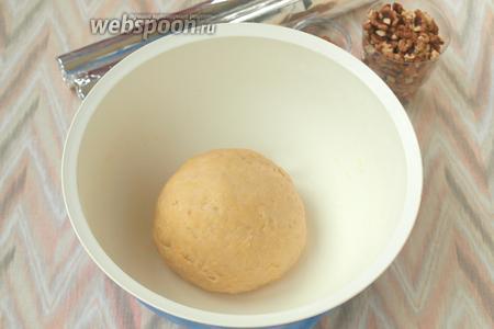 Домесить тесто руками, скатать в колобок. Накрыть миску и убрать в тёплое место для подхода. Приблизительно тесто увеличится в 2 раза, но сильно оно не поднимется.