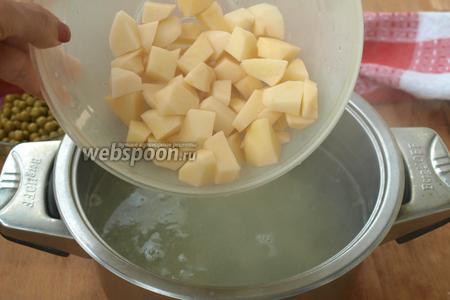 Бульон процедить и засыпать в кастрюлю картофель. Варить почти до готовности.
