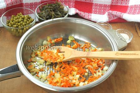 Пока варится картофель, приготовить пассеровку: разогреть немного подсолнечного масла, выложить нарезанный кубиками лук и натёртую морковь, немного обжарить, но не зажаривать.