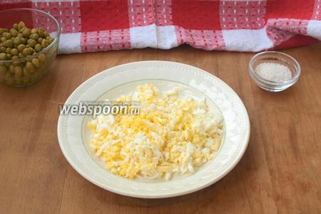 Варёные яйца очистить и натереть на тёрке.