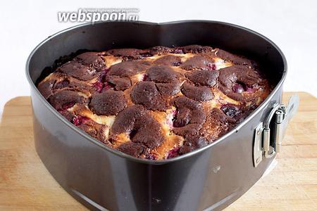 Готовый пирог остудить в форме, а затем его извлечь, снимая бортики.