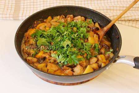 Снять сковороду с плиты, посыпать рубленной зеленью и подавать. Приятного аппетита!!!