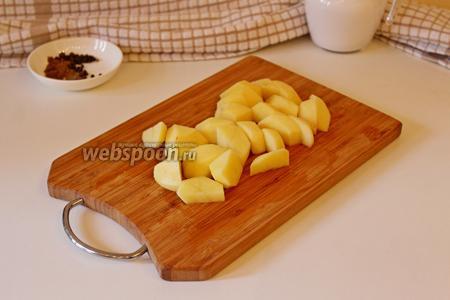 Картофель очистить и нарезать брусками, и добавить к мясу с пореем, и жарить вместе 5 минут (огонь чуть больше среднего).