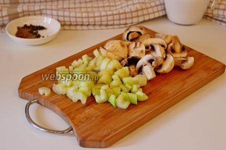 Шампиньоны нарезать на половинки (если они некрупные) и стебель сельдерея на кусочки, добавить их к мясу с овощами и жарить ещё 5 минут.