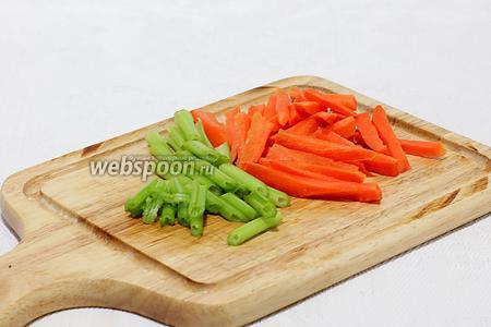 Морковь нарезать соломкой, я не мельчила, нарезала крупной соломкой. Стебли сельдерея нарезать длинными кусочками.